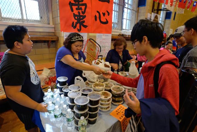 「66海之味」老闆娘呂Jessica(左二)帶來自家台灣菜。(記者朱澤人/攝影)