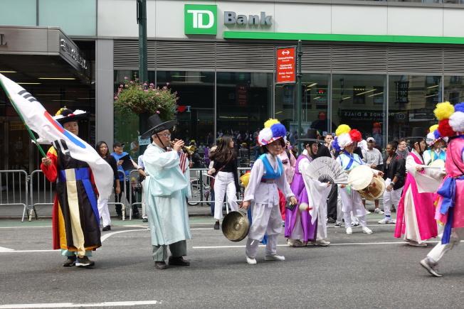 身著傳統服飾的表演者弘揚韓國文化。(記者金春香/攝影)