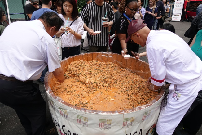 巨型木桶裡的韓式拌飯十分美味。(記者金春香/攝影)