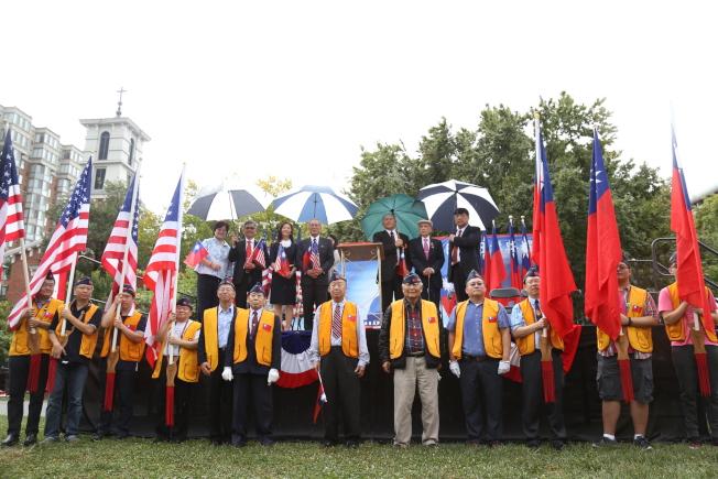 為慶祝中華民國106年雙十國慶,大華府僑界8日上午在中國城公園舉行一年一度的升旗典禮。主辦方中華會館、華府榮光會護旗隊與代表處官員合影。(記者羅曉媛/攝影)