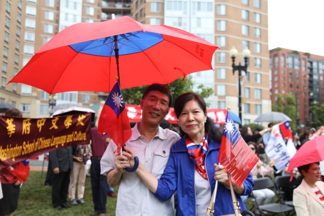 為慶祝中華民國106年雙十國慶,大華府僑界8日上午在中國城公園舉行一年一度的升旗典禮。現場中華民國國旗元素多多,不僅有小國旗,還有雨傘、T恤。(記者羅曉媛/攝影)