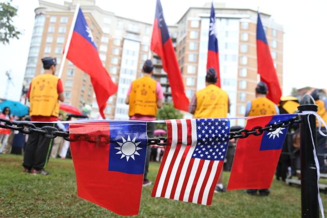 為慶祝中華民國106年雙十國慶,大華府僑界8日上午在中國城公園舉行一年一度的升旗典禮。華府榮光會護旗隊冒雨升旗。(記者羅曉媛/攝影)