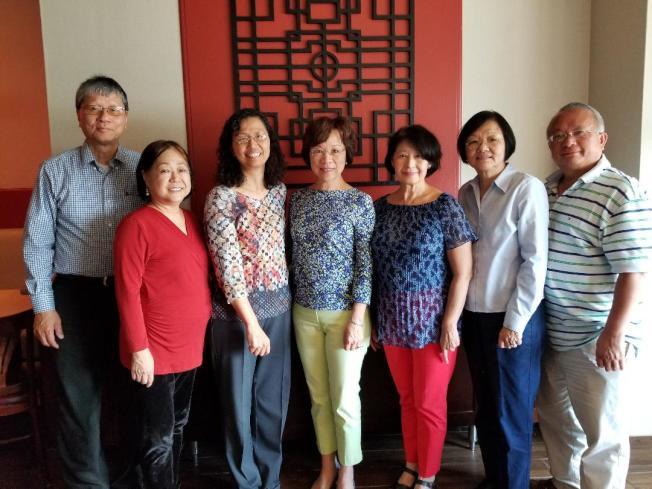美中華人學術聯誼會日前召開理事會,經會長吳大如(右四)與出席理事們商議,將把協助年輕一代年輕人就業,列為未來主要工作目標。(美中華人學術聯誼會提供)