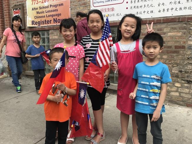 許多小朋友們也歡喜同慶。(特派員黃惠玲/攝影)