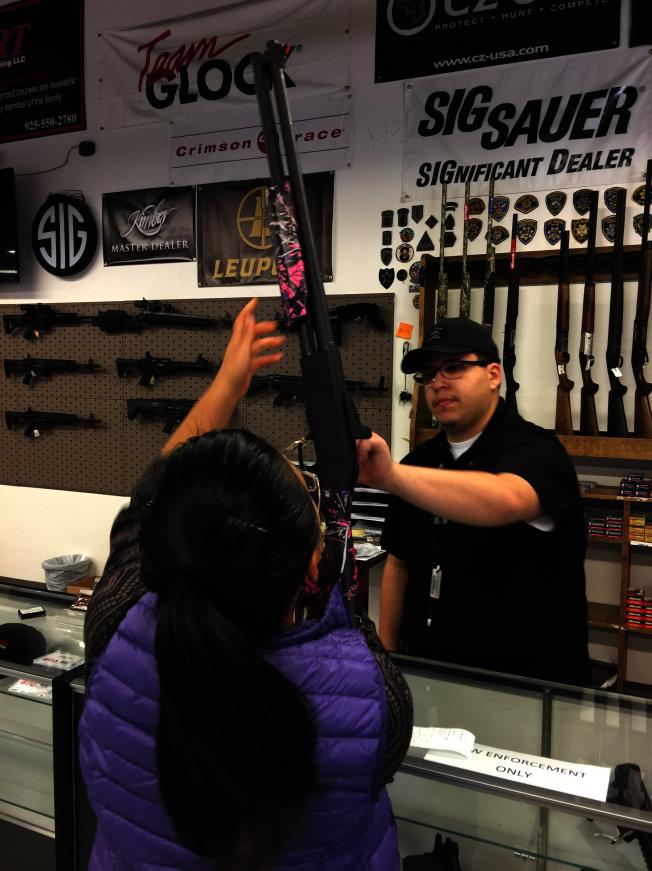 華人在槍械店試槍。(檔案圖,記者劉先進/攝影)