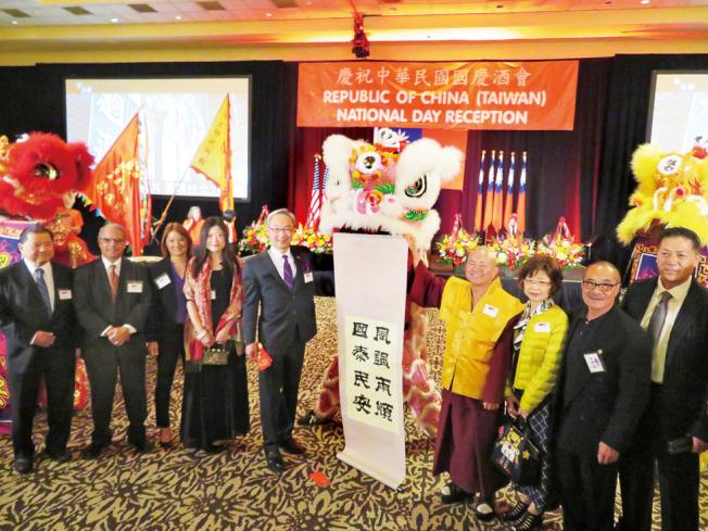 國慶酒會開幕,貴賓共同祝賀中華民國風調雨順、國泰民安。(記者王又春/攝影)