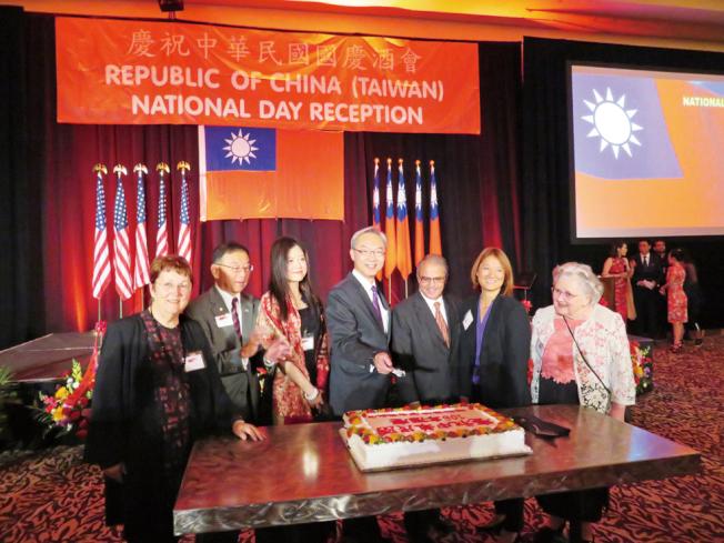 貴賓們慶祝中華民國106歲生日,切蛋糕祝賀。(記者王又春/攝影)
