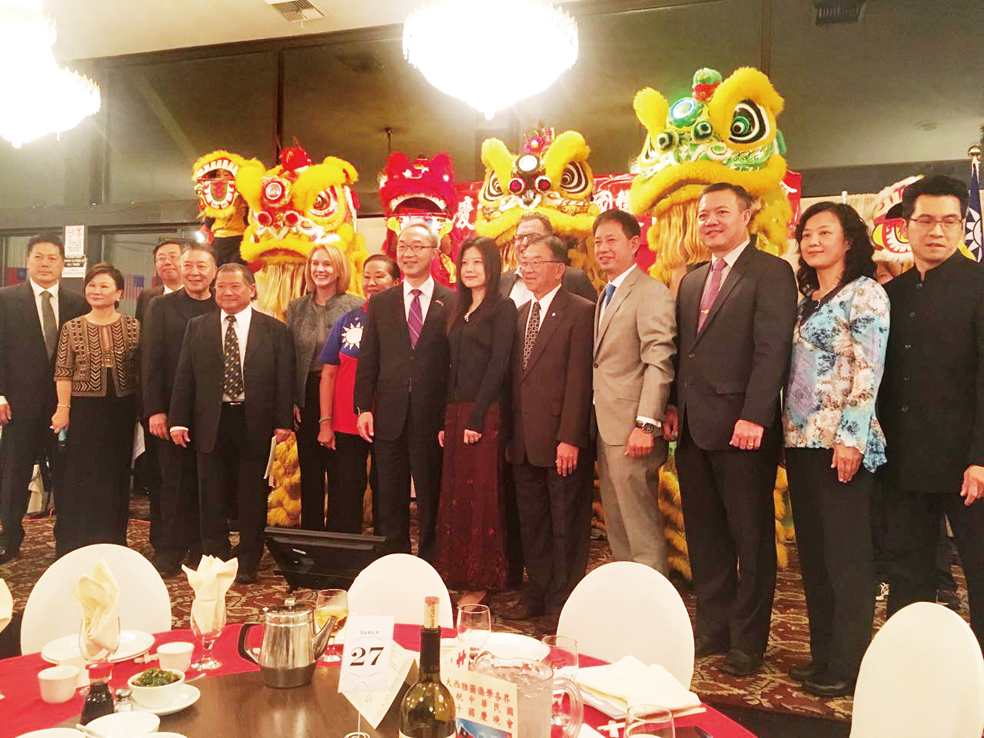 全僑慶祝雙十國慶餐會中,貴賓合影留念。(僑胞/提供)