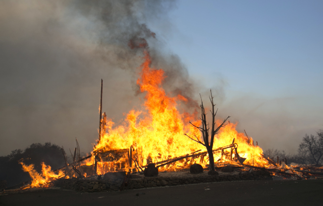納帕郡消防員9日忙著撲滅漫天大火。 (Getty Images)
