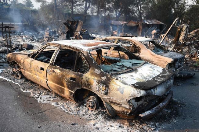 納帕郡消防員9日忙著撲滅漫天大火。圖為社區汽車被大火燒毀。(Getty Images)