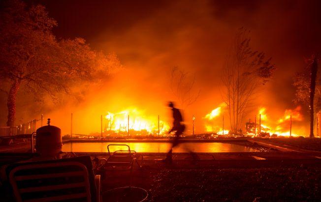 納帕郡消防員9日忙著撲滅漫天大火。(Getty Images)