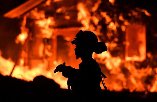 納帕郡從8日到9日至少14處山火,消防員救火疲於奔命。(Getty Images)