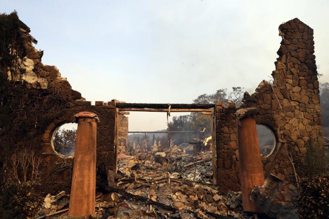 酒鄉納帕的酒廠葡萄園進口被燒成廢墟。(美聯社)