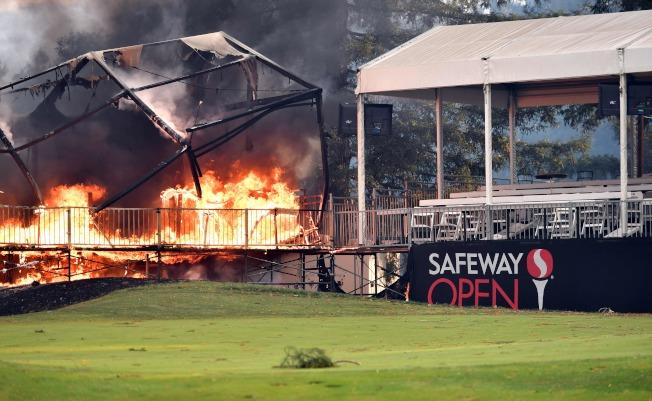 山火燒進住宅區,圖為一家商店起火,被燒得面目全非。(Getty Images)