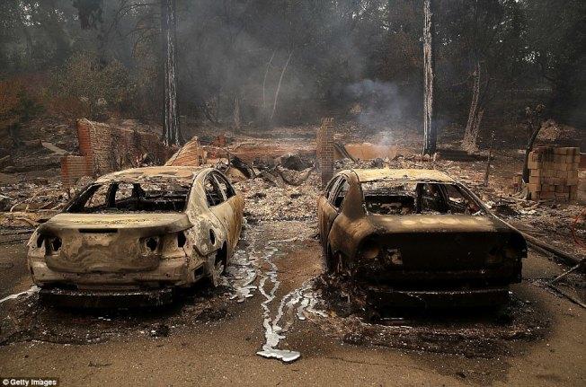 北加州納帕郡民宅附近兩輛轎車被焚毀。(Getty Images)