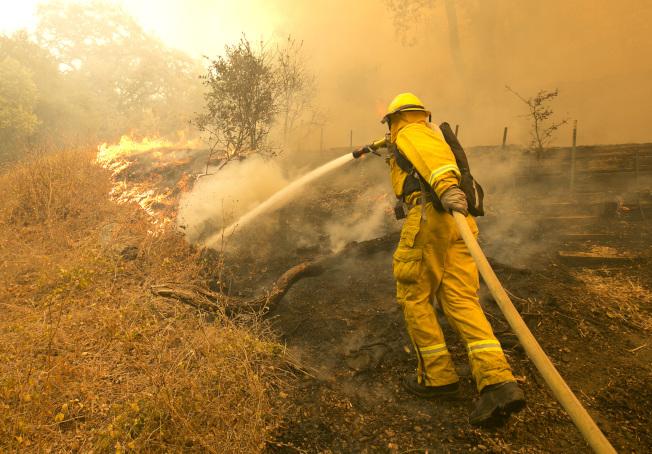 納帕郡消防員9日忙著撲滅漫天大火。(美聯社)
