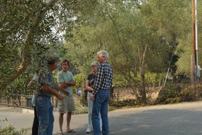居民普爾(右二)和先生約翰(右一)的房子在山火中燒毀,兩人很悲傷,鄰居紛紛安慰。(記者劉先進/攝影)