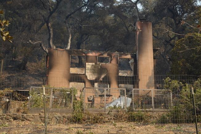 居民普爾和先生約翰的房子在山火中燒毀。(記者劉先進/攝影)