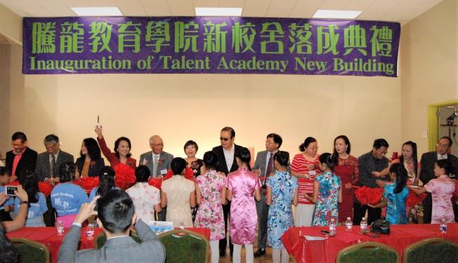 騰龍教育學院新校區10月7日正式投入使用,圖為剪綵儀式。(記者賈忠/攝影)