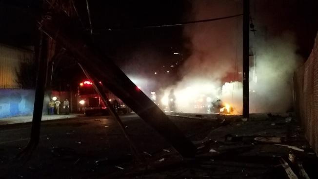洛杉磯華埠Alameda街10日凌晨發生車禍,車輛撞倒三根路燈後停止。(讀者提供)