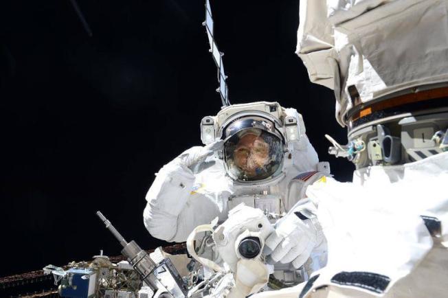 美國國家航空暨太空總署表示,兩名美國太空人10日在國際太空站安裝一部高解析攝影機,且進一步修理實驗室的機械手臂。(圖取自太空人布瑞斯尼克臉書)