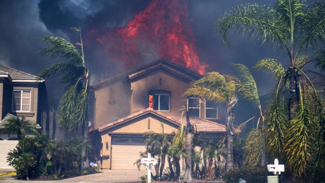 「二號峽谷山火」已燒毀8000英畝,但好在已經有40%火勢被控制住。(洛杉磯時報)