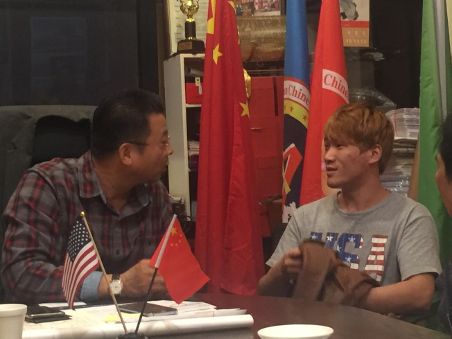 陳善莊(左)嘗試與朱輝(右)交流,但朱輝大部分時間只是面帶微笑,目光呆滯。(記者黃伊奕/攝影)