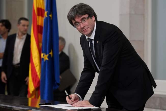 加泰隆尼亞自治區主席普伊格蒙特10日簽署獨立文件。(Getty Images)