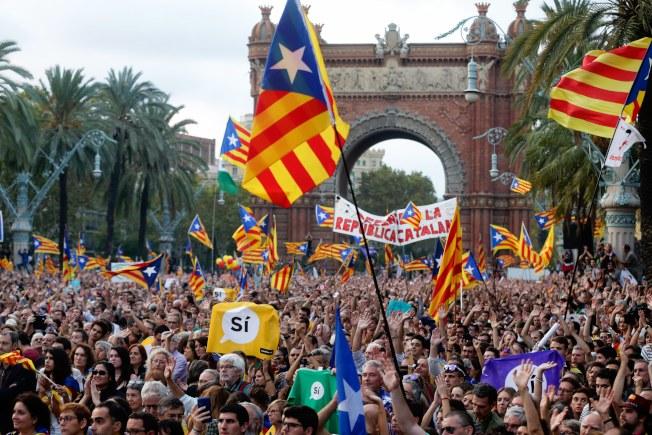 成千上萬的加泰隆尼亞人民10日在戶外專心聆聽加泰隆尼亞自治區主席普伊格蒙特的演講,暫停獨立。(Getty Images)