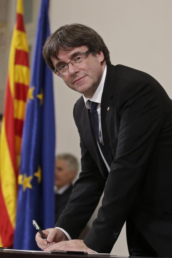 加泰隆尼亞自治區主席普伊格蒙特10日簽署獨立文件。(美聯社)