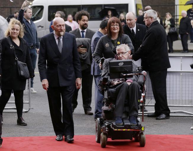 英國天文物理學家霍金(坐輪椅者)迄今無緣諾貝爾獎。(美聯社)