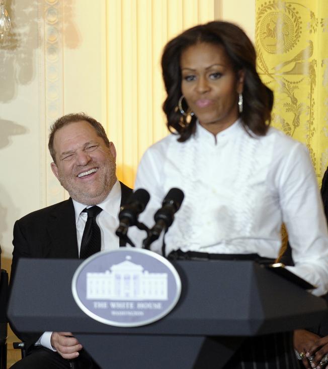 前總統歐巴馬及第一夫人米雪兒10日發表聯合聲明,譴責溫斯坦性侵女星的惡行「極為嘔心」。圖為溫斯坦曾應邀到白宮演講電影的工作。(美聯社)