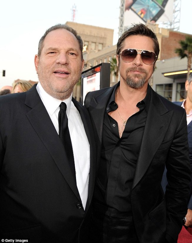 男星彼得布萊特(右)對自己當時的女友葛妮絲派特洛遭到溫斯坦(左)性騷擾極為不爽,一度當面質問溫斯坦。(Getty Images)
