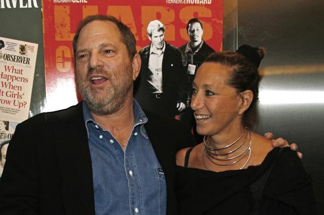 溫斯坦(左)性侵醜聞曝光後,時裝設計師唐娜‧凱倫(右)為他辯護,稱被性侵者是「咎由自取」的言論引發爭議;凱倫10日發表聲明,為她的言論道歉。(美聯社)