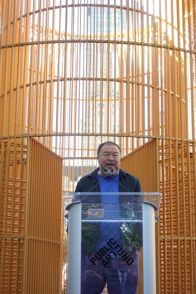 艾未未在其打造的金色柵欄前講話。(記者金春香/攝影)