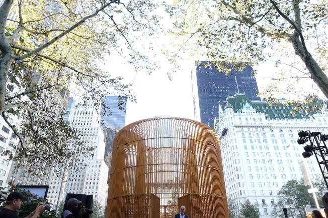 艾未未戶外藝術展包括中央公園南邊的金色柵欄。(記者金春香/攝影)