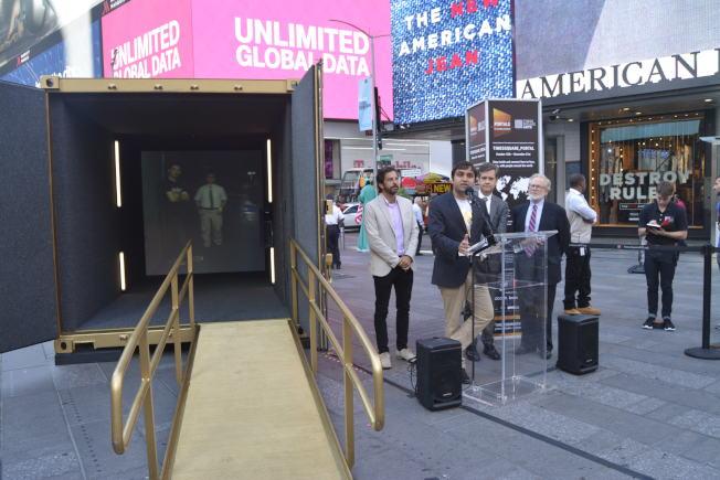 時報廣場立起金色「門戶」,讓民眾實時與世界各地民眾面對面聊天。(記者俞姝含/攝影)