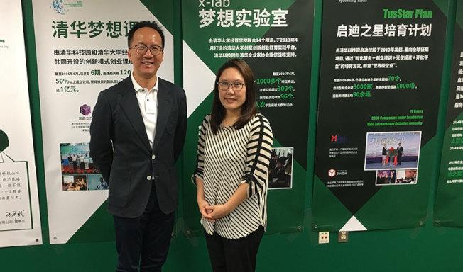 香港百駿控股集團董事會聯席主席馬志剛(左)宣布設立專門資助就讀密大人文科系亞洲留學生的獎學金,右為第一期受獎學生李凱英。(密西根大學提供)