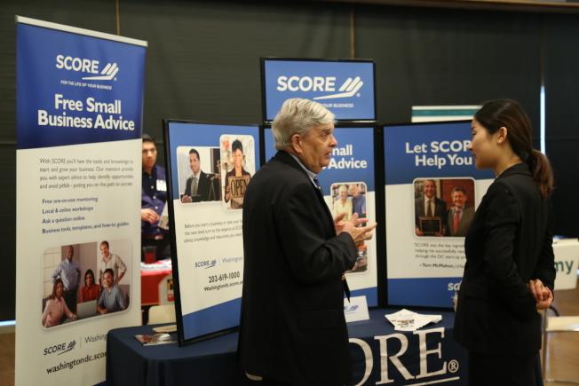 亞美商會在馬州銀泉市政中心,舉辦第8屆亞美企業峰會及商展。專為企業提供建議的華府Score DC代表向與會者介紹服務。(記者羅曉媛/攝影)
