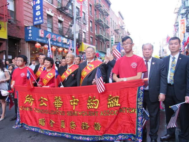 紐約中華公所於10日舉辦愛國大遊行,慶祝中華民國106年國慶。遊行隊伍由徐儷文(左二)和蕭貴源(左三)擔任總領隊。(記者顏嘉瑩/攝影)