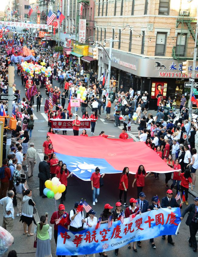 紐約僑界10日在華埠舉行慶祝中華民國106年雙十國慶遊行,華僑學校學生舉著巨幅國旗,特別醒目。(記者許振輝/攝影)