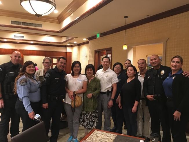 部分亞裔民眾和警察合影。(記者張越/攝影)