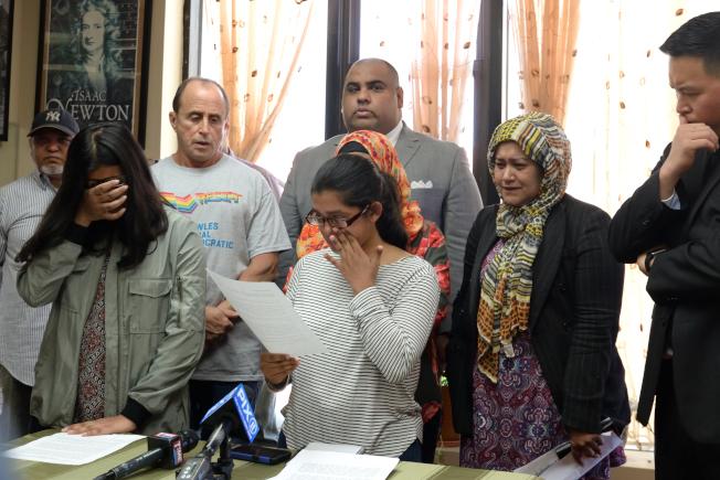 薩米亞(前左起)與西姆蘭10日在社區團體支持下舉行記者會,呼籲民選官員援助父親免於遭遣返。(記者朱澤人/攝影)