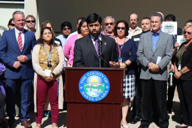 聖他克拉拉縣律師威廉斯(James Williams)與支持DACA的聖縣員工於記者會。(記者張毓思/攝影)