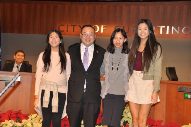 黃少雄(左二)去年11月大選後告別服務九年的庫市議會,並成功當選山麓迪安薩社區學院董事。(圖:檔案照片)