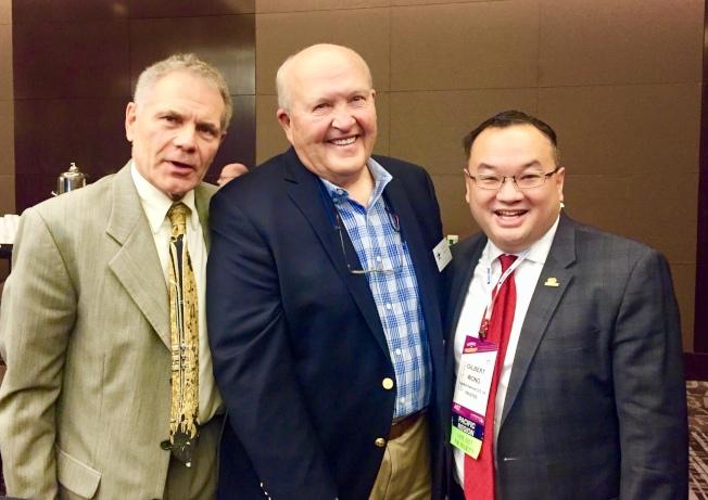 黃少雄(右)於社區學院協會領導人年會上被選為董事,並與其他兩位當選董事合影。(圖:黃少雄提供)