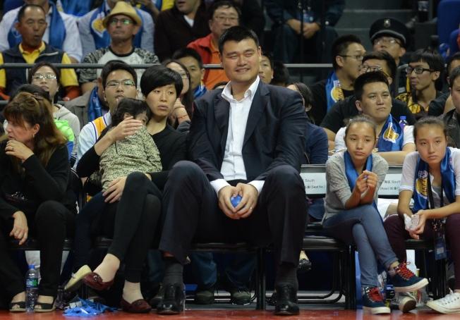 姚明也帶同妻女到場觀看勇士隊的比賽。(Getty Images)