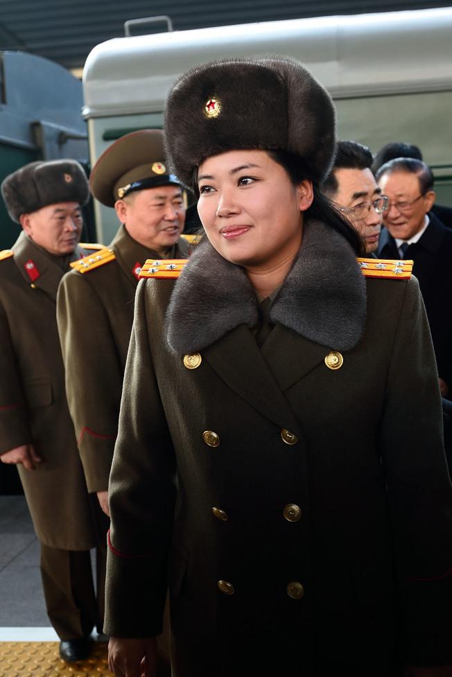 2015年底率樂團訪問北京的團長玄松月(前),如今已被提拔為勞動黨中央候補委員。(新華社)