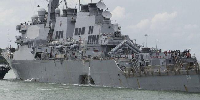 美國飛彈驅逐艦「馬侃號」8月21日在新加坡外海與商船相撞。(美聯社)