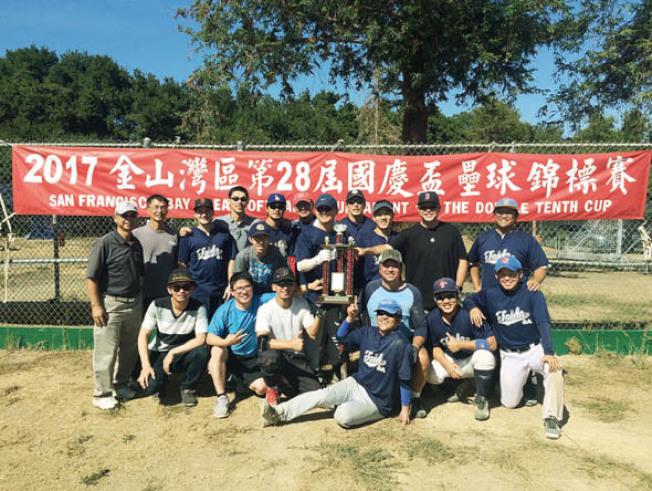 海華國慶盃壘球賽 台大校友隊奪冠。